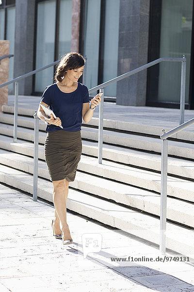 Handy Außenaufnahme Europäer Geschäftsfrau tragen Tablet PC freie Natur