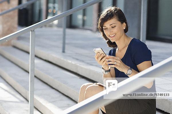 Handy benutzen Europäer Geschäftsfrau Treppenhaus