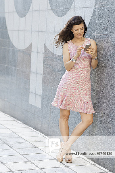 Handy Außenaufnahme benutzen Europäer Frau freie Natur