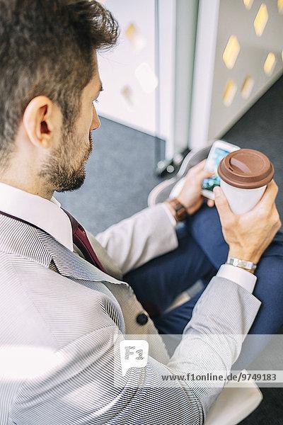 Handy benutzen Europäer Geschäftsmann trinken Kaffee