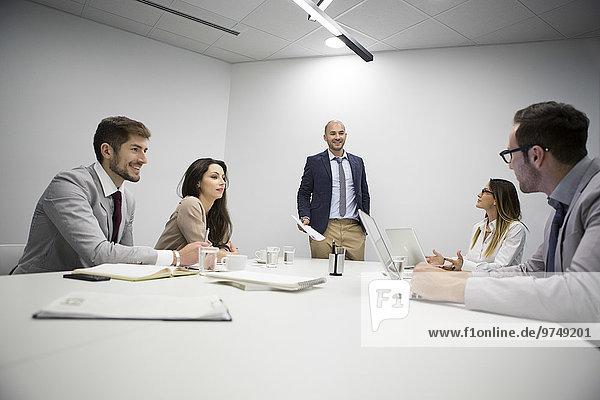 Europäer sprechen Mensch Büro Menschen Geschäftsbesprechung Besuch Treffen trifft Business