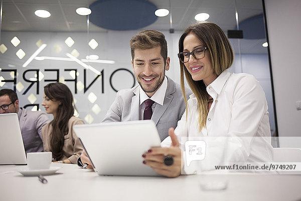 benutzen Europäer Mensch Büro Menschen Geschäftsbesprechung Besuch Treffen trifft Tablet PC Business