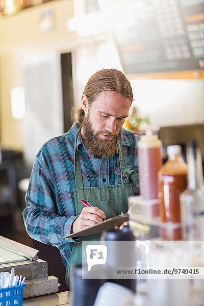 Europäer Klemmbrett schreiben Cafe