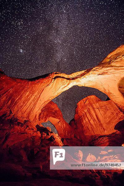 Nationalpark Felsbrocken beleuchtet Vereinigte Staaten von Amerika USA Nacht Brücke Moab Utah