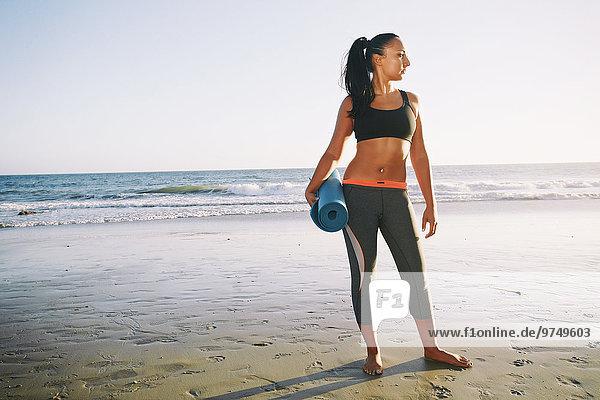 Frau Strand halten mischen Yoga Matte Mixed
