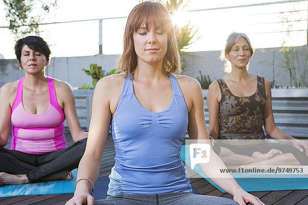 Dach Zusammenhalt Frau Meditation