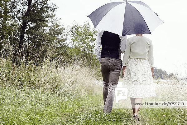 Rückansicht Braut Bräutigam gehen