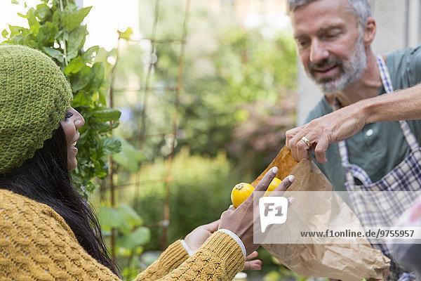 junge Frau junge Frauen Gemüse kaufen selbst anbauen