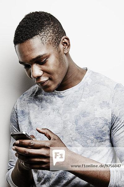 Handy Studioaufnahme benutzen Mann jung