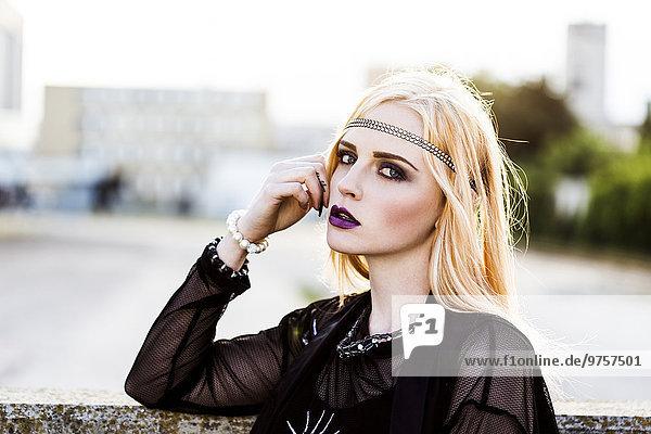 Portrait einer rouged blonden Frau mit Haarreif
