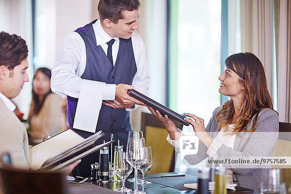 Geschäftsleute  die eine Bestellung beim Kellner im Hotelrestaurant aufgeben