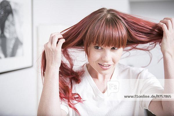 Porträt einer Frau  die ihr Haar hält