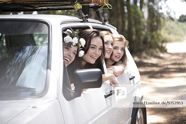 Südafrika  Freunde auf Roadtrip mit Blick aus dem Auto