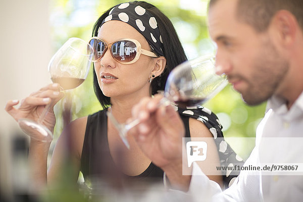 Mann und Frau bei einer Rotweinprobe