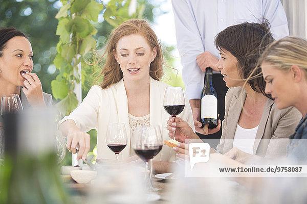 Frauen bei einer Weinprobe mit Rotwein