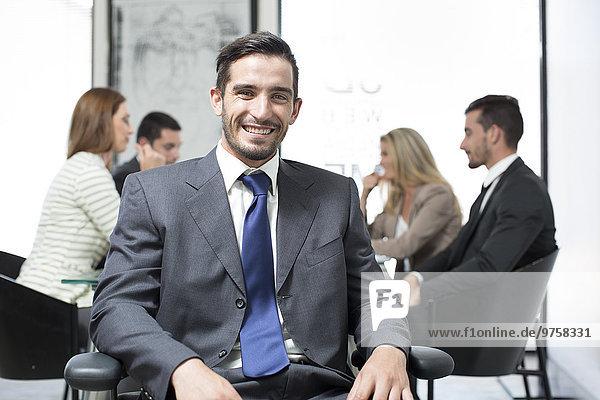 Porträt eines selbstbewussten Geschäftsmannes im Sitzungssaal