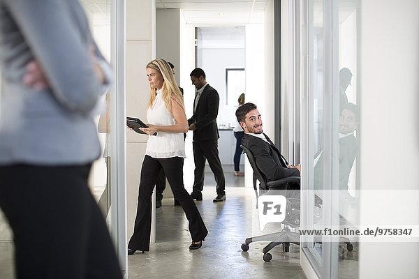 Vielbeschäftigte Geschäftsleute im Bürogeschoss