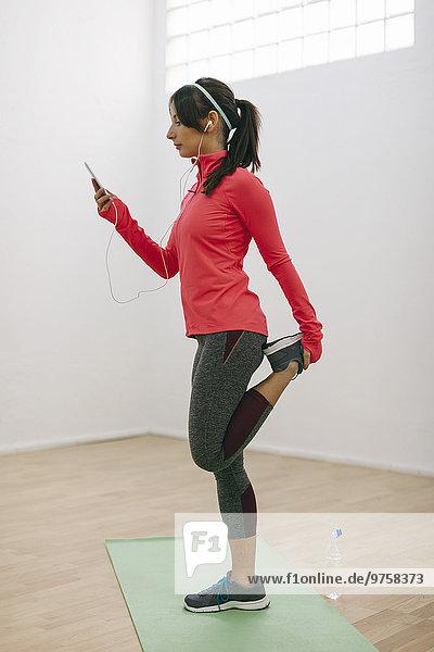 Junge Frau beim Fitnesstraining