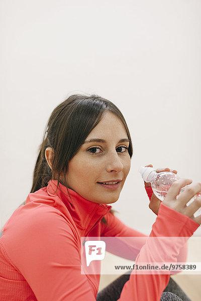 Porträt einer jungen Frau im Trainingsanzug beim Ausruhen