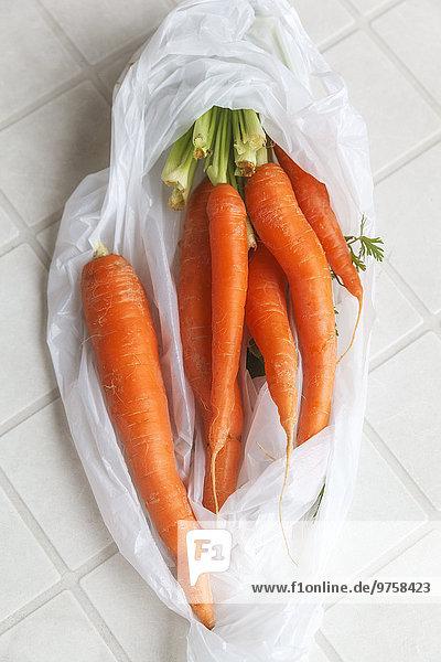 Frische Karotten im Plastikbeutel
