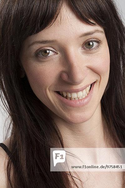 Porträt einer lächelnden Frau mit dunklem langem Haar