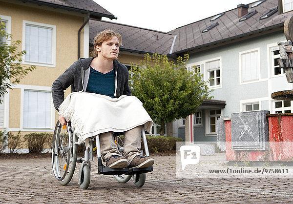 Junger Rollstuhlfahrer