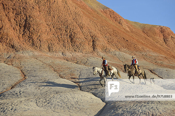 USA  Wyoming  Cowgirl und Cowboy Reiten in Badlands