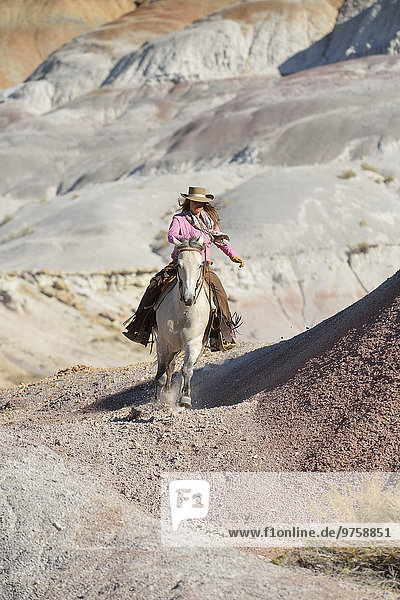 USA  Wyoming  Cowgirl Reiten in Badlands