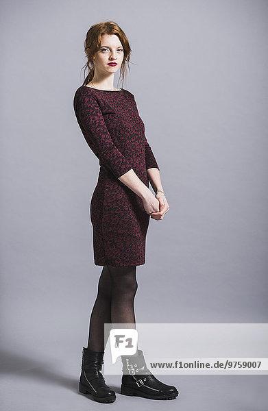 Porträt einer jungen Frau im Kleid