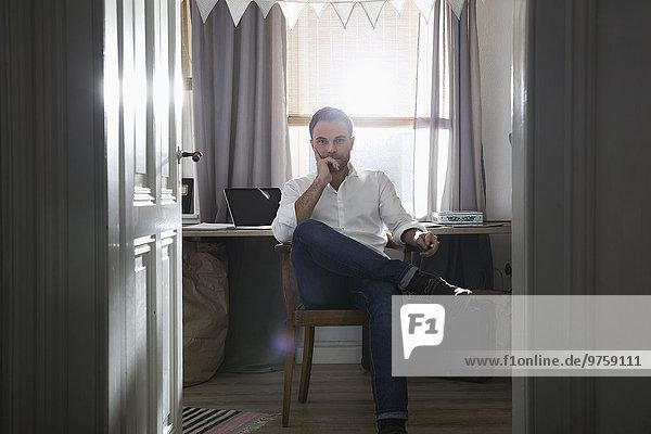 Nachdenklicher Mann im Home-Office