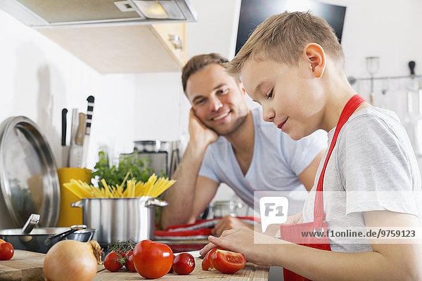 Vater und Sohn kochen gemeinsam