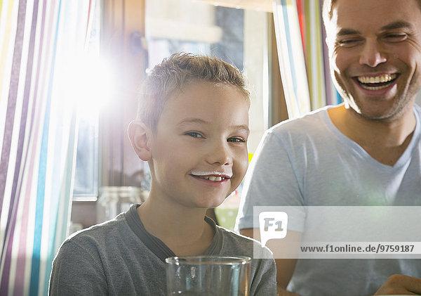Porträt eines Jungen mit Milchschnurrbart