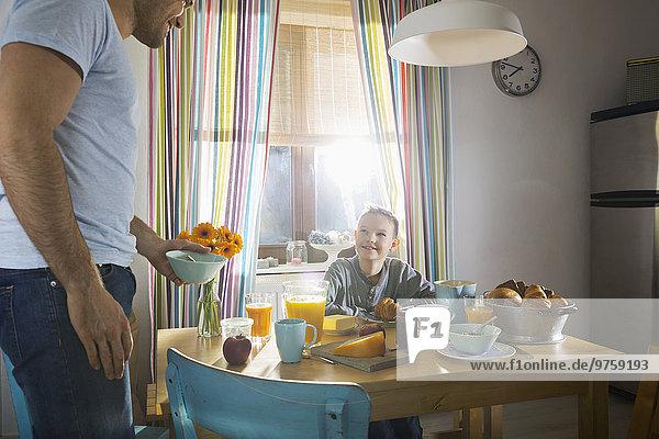 Vater und Sohn beim gemeinsamen Frühstück