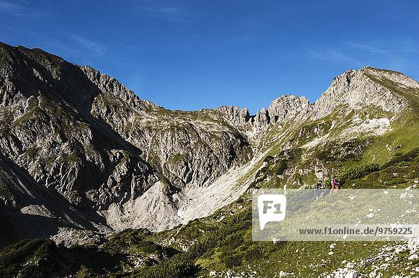 Österreich  Altenmarkt-Zauchensee  Junges Paar beim Wandern in den Niederen Tauern