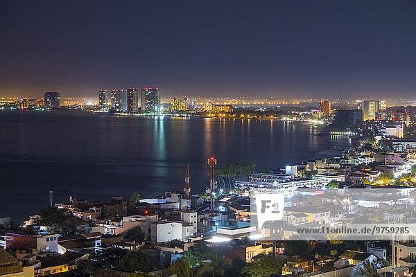 Mexiko  Puerto Vallarta  bei Nacht  Banderas Bay mit Blick auf Hotel Zone