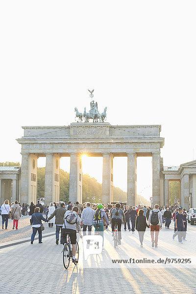 Deutschland  Berlin  Blick auf das Brandenburger Tor bei Gegenlicht Deutschland, Berlin, Blick auf das Brandenburger Tor bei Gegenlicht