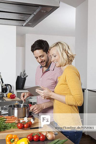Kochen in der Küche mit digitalem Tablett