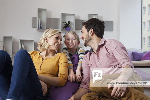 Glückliche Mutter  Vater und Tochter zu Hause