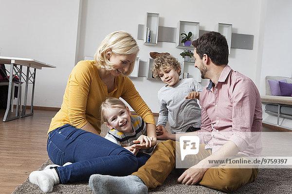 Verspielte Familie zu Hause