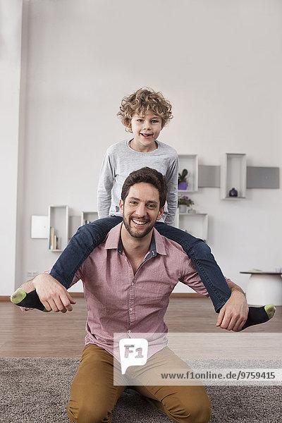Vater trägt Sohn auf Schultern