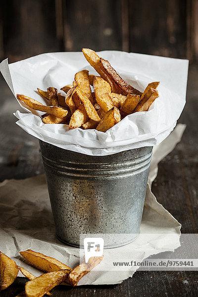 Hausgemachte Pommes frites im Blecheimer
