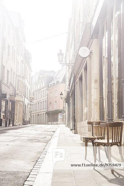 Luxemburg  Luxemburg-Stadt  leere Straße mit zwei Stühlen auf dem Bürgersteig