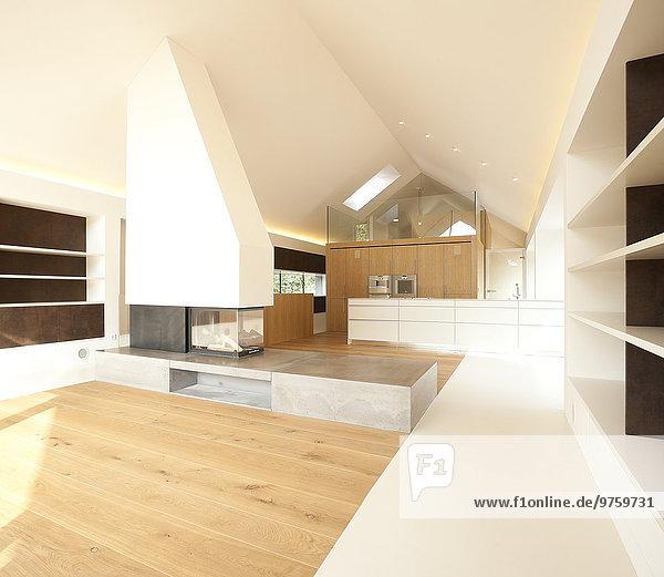 Wohneigentum  Wohnzimmer mit Kamin und offener Küche
