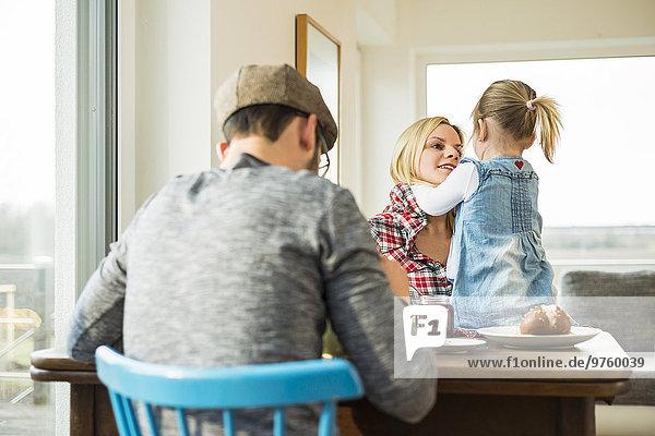 Familienessen am Esstisch