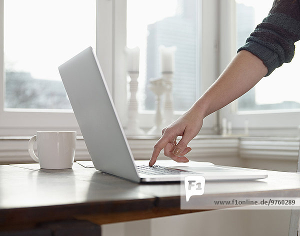 Deutschland  Köln  Handschreiben auf der Tastatur des Laptops Deutschland, Köln, Handschreiben auf der Tastatur des Laptops