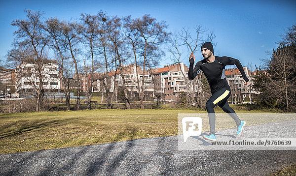 Spanien  Gijon  Sportler beim Laufen im Park