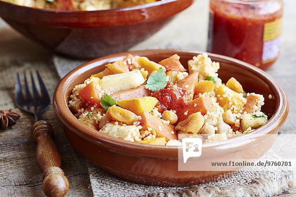 Couscous mit Gemüse  einschließlich Karotten  Pastinaken  Kürbis  Schalotten  Aprikosen und Kichererbsen Couscous mit Gemüse, einschließlich Karotten, Pastinaken, Kürbis, Schalotten, Aprikosen und Kichererbsen