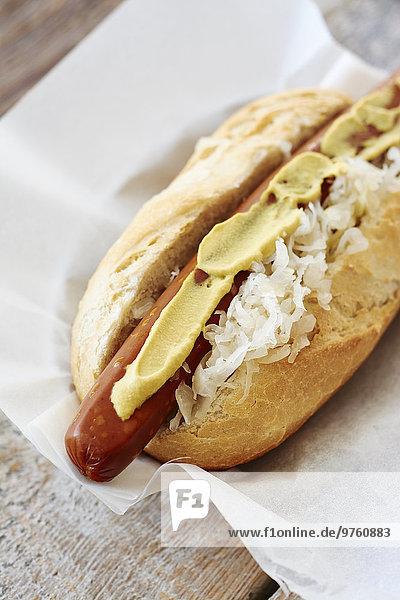 Veganer Hot Dog mit Sauerkraut und Senf auf Serviette