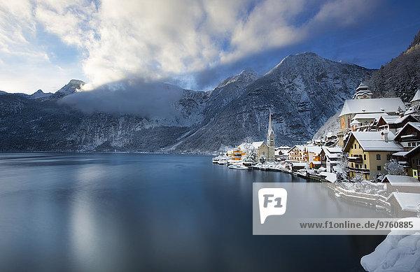 Österreich  Salzkammergut  Blick über den Hallstätter See im Winter