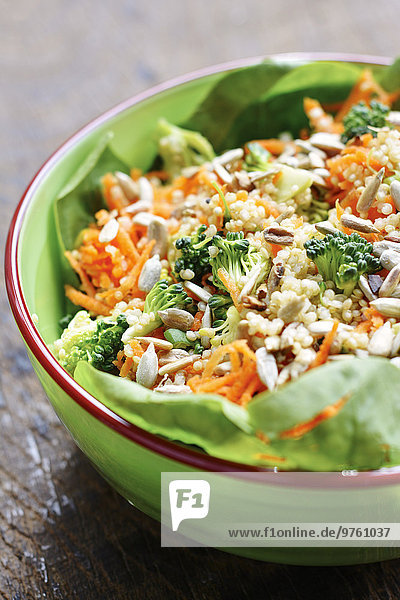 Quinoa-Salat mit Karotten  Brokkoli  Frühlingszwiebeln  Spinat und Sonnenblumenkernen mit Tahini-Dressing Quinoa-Salat mit Karotten, Brokkoli, Frühlingszwiebeln, Spinat und Sonnenblumenkernen mit Tahini-Dressing